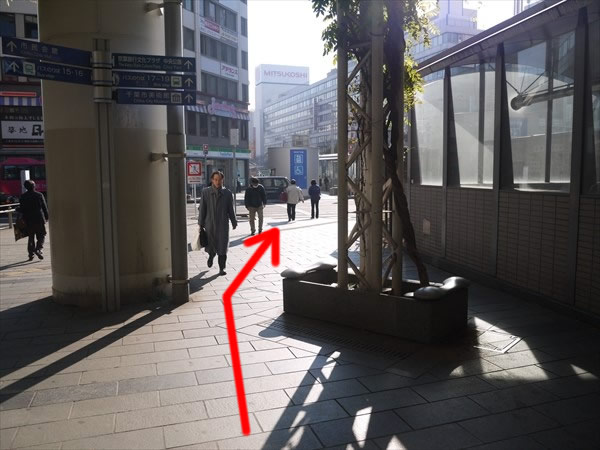 地下歩道の左側を直進