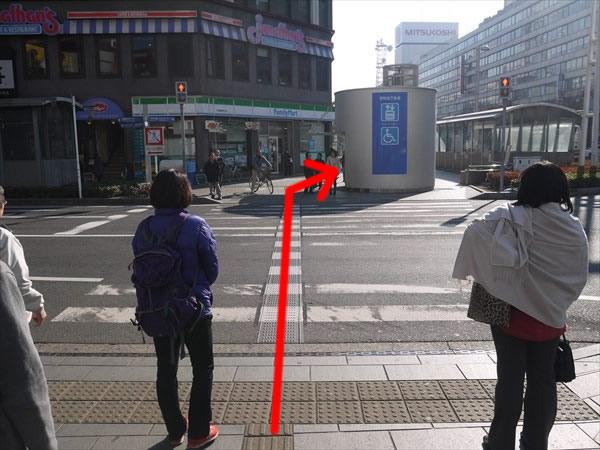 最初の横断歩道を直進