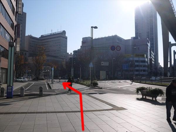 横断歩道を渡って左斜め方向へ