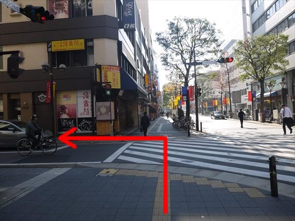 スクランブル式交差点を渡って左折