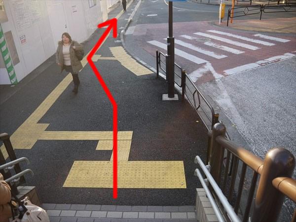 階段を下りたらそのまま直進
