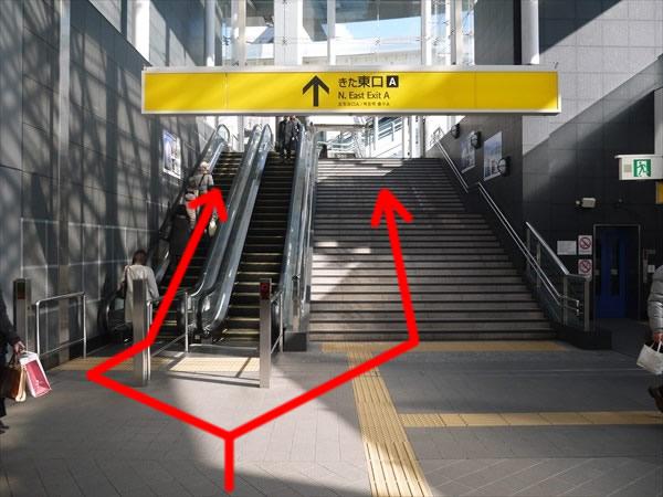 きた東口Aの階段とエスカレーター