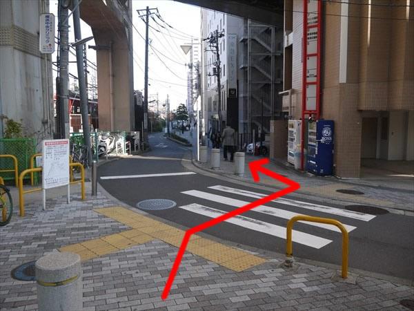 横断歩道を渡って左方向へ