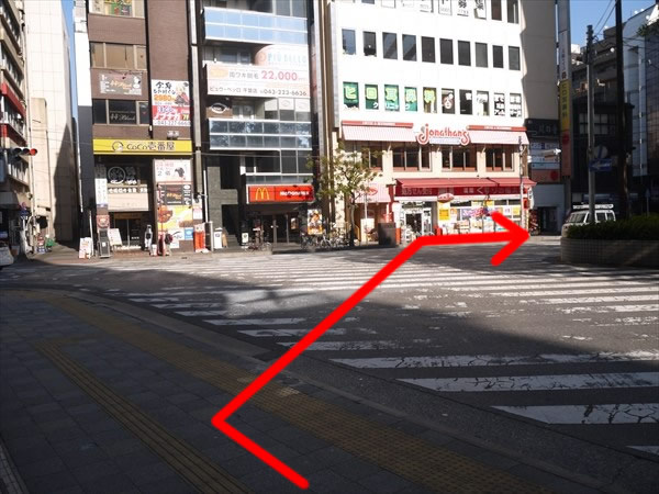 スクランブル交差点を右方向へ