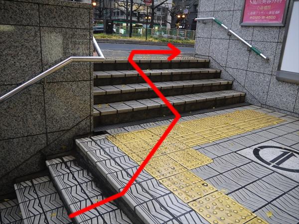 地上に出たら右方向に進む