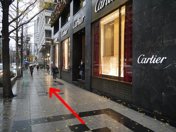 カルティエ前を通り過ぎる