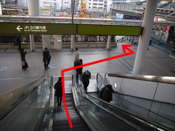 エスカレーターを降りたら右方向へ