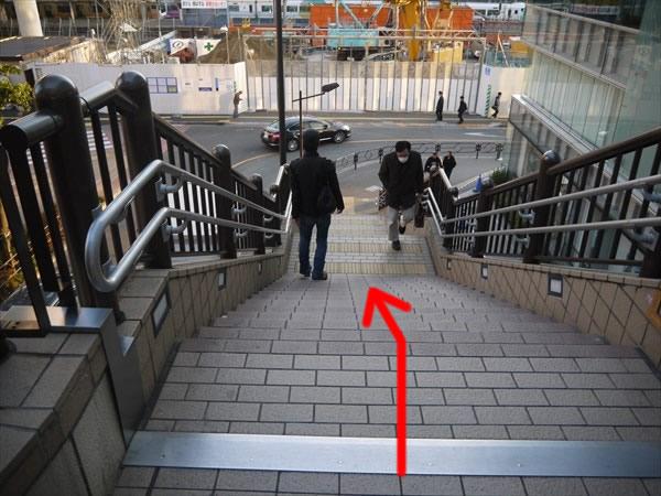 階段を下りる