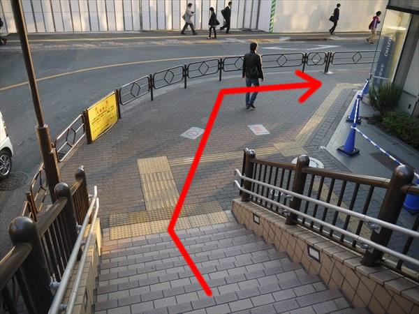 階段を降りたら右折