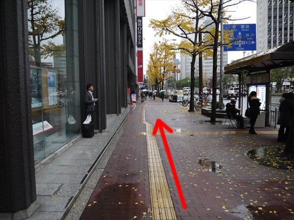 バス停の横を直進