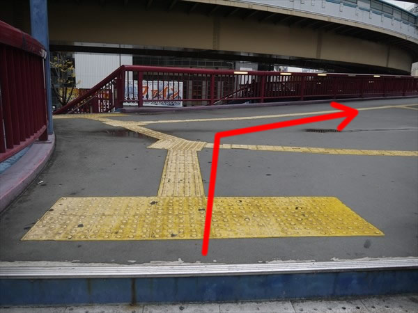 階段を上ったら右斜め方向へ