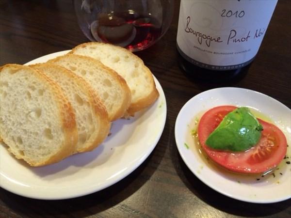 バゲットとトマトとアボカドと赤ワイン