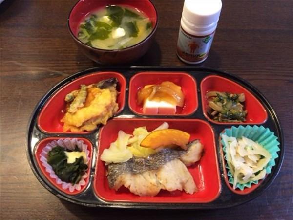 生協の弁当と味噌汁とメタバリア
