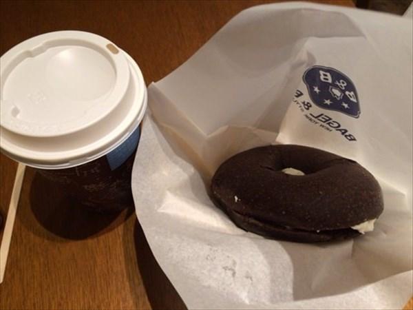 チョコベーグルとコーヒー