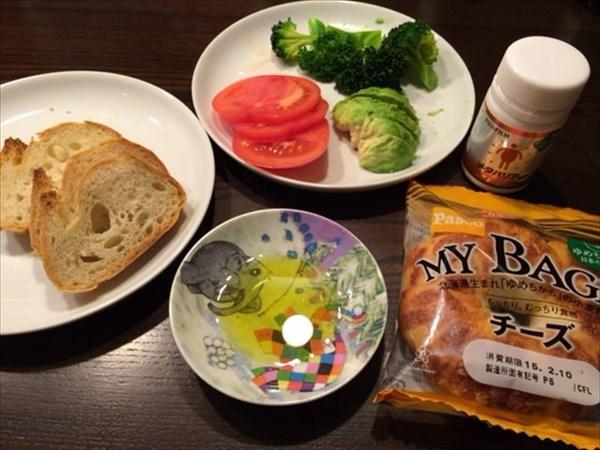 チーズベーグルとフランスパンと野菜たち