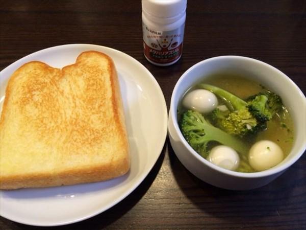 食パンとブロッコリーとうずらの卵のスープとメタバリアスリム