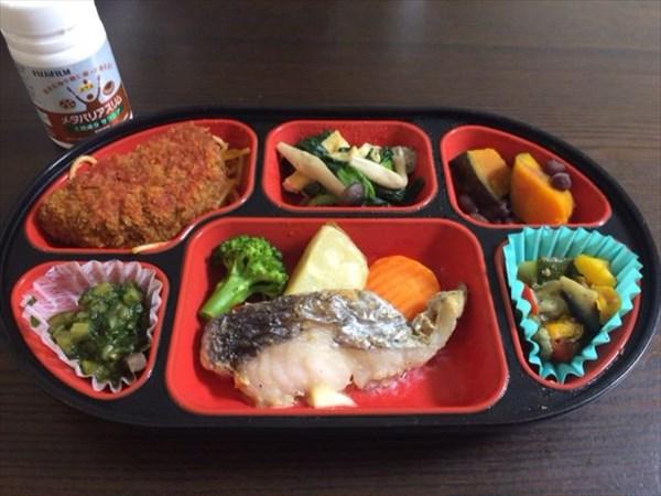 魚とメンチコロッケの生協弁当とメタバリアスリム