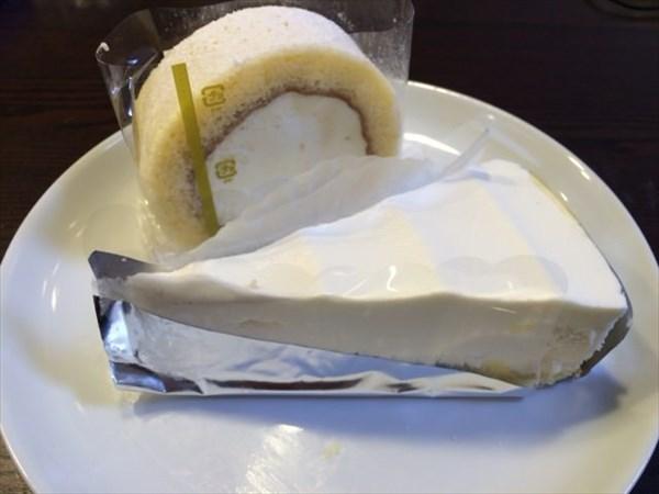 レアチーズケーキとロールケーキ