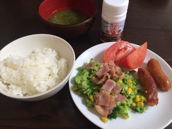 野菜を中心とした朝食とメタバリアスリム