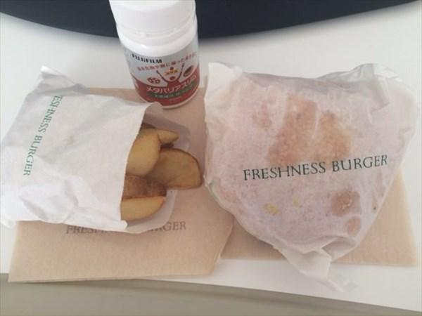 フレッシュネスのチーズバーガーとポテトとメタバリアスリム