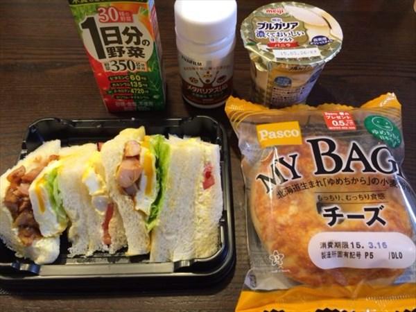 チーズベーグルとサンドウィッチと野菜ジュースとメタバリアスリム