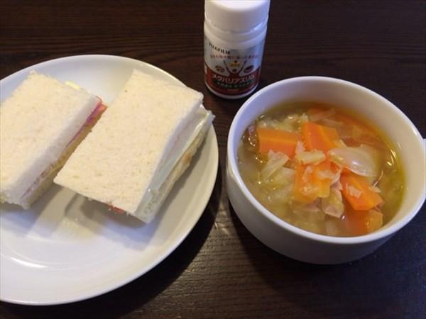 サンドイッチ2個と野菜スープとメタバリアスリム