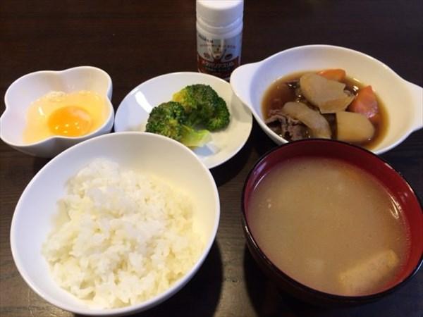 ご飯と味噌汁と肉じゃがと卵とメタバリアスリム