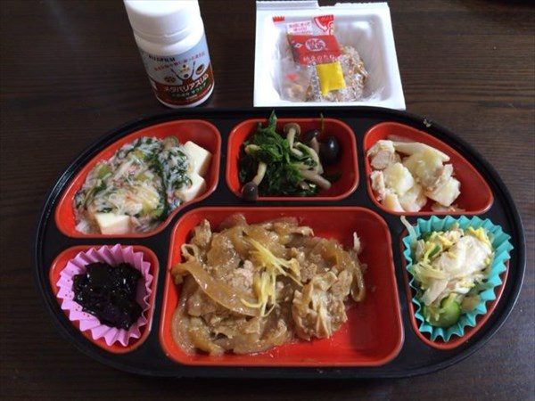 お肉中心の生協弁当と納豆とメタバリアスリム