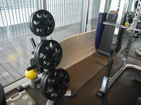 バーベル用のプレートとトレーニングマット