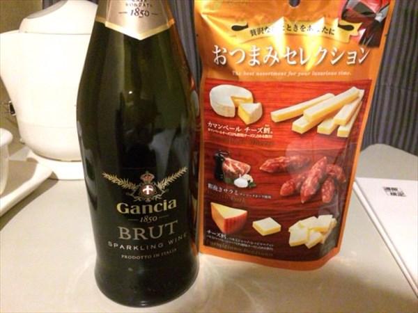 ホテルに戻ってスパークリングワインとおつまみセレクション