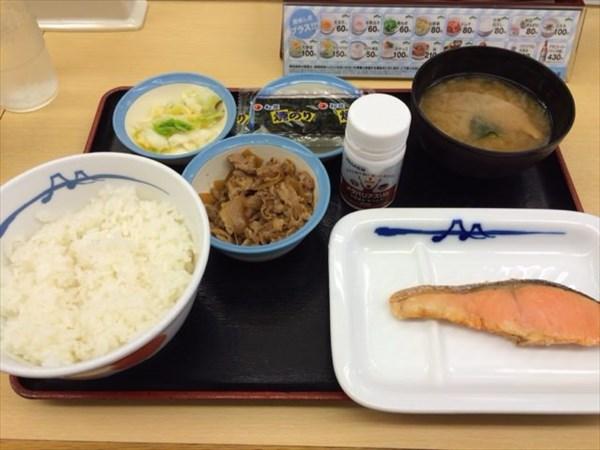 松屋の朝定食(鮭と牛皿)