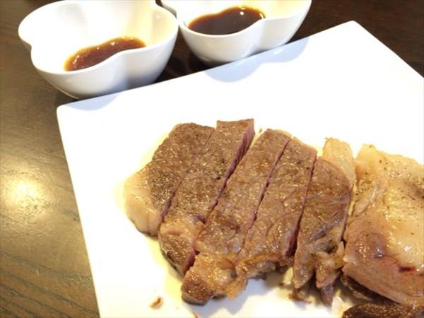リブロースステーキと2種類のタレ