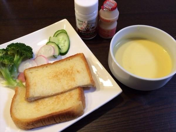 トーストとコーンスープとヤクルトとメタバリアスリム