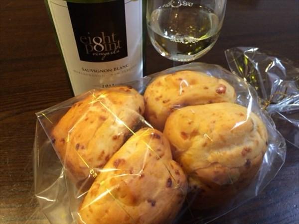 深夜の白ワインとチーズパン