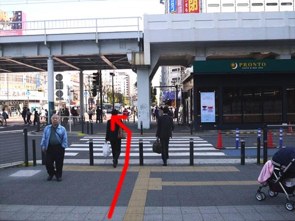 横断歩道を渡ってスクランブル交差点へ
