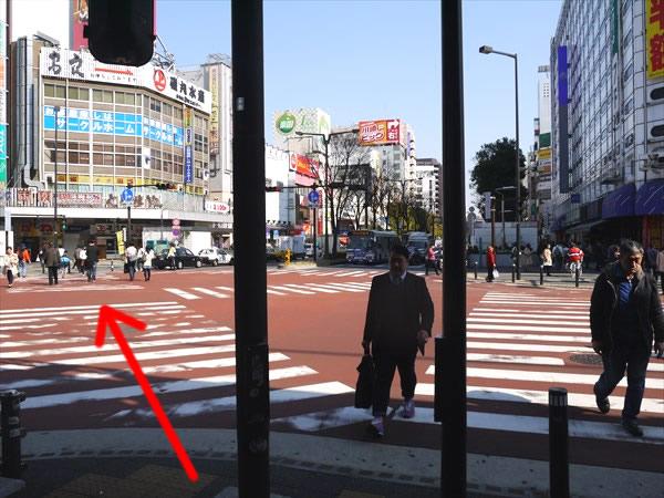 スクランブル交差点を左斜め方向に進む