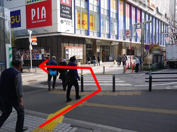 出口を出たところにある横断歩道