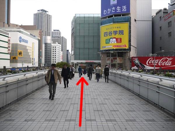 三宮中央歩道橋を直進