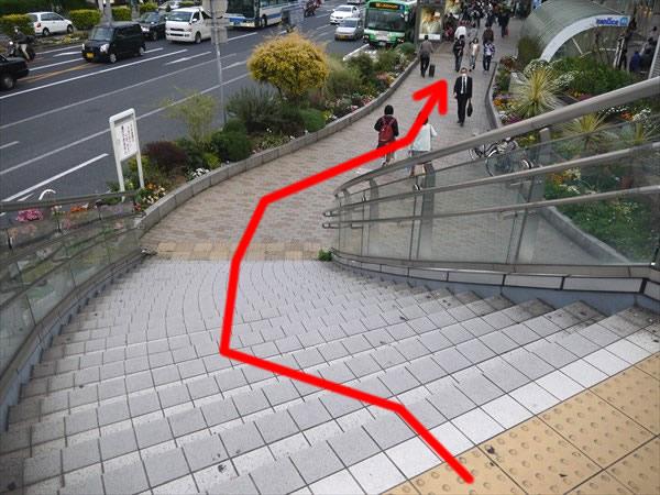 階段を下りて地上に出たらそのまま直進