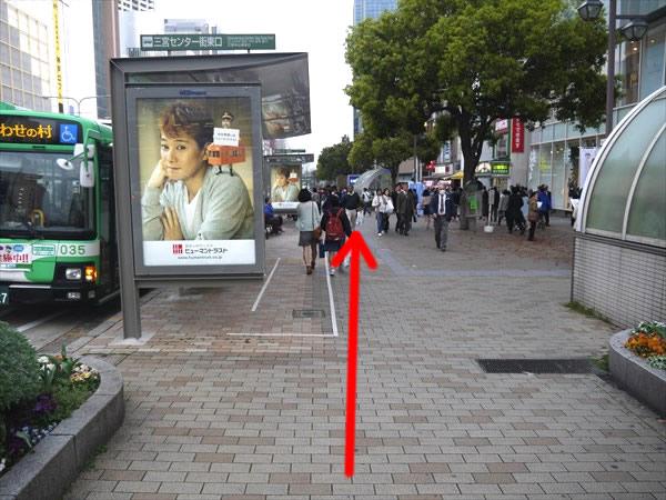 バス停横を直進