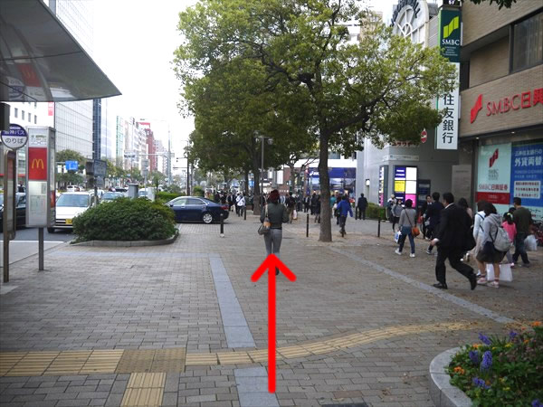 横断歩道に出るまで直進