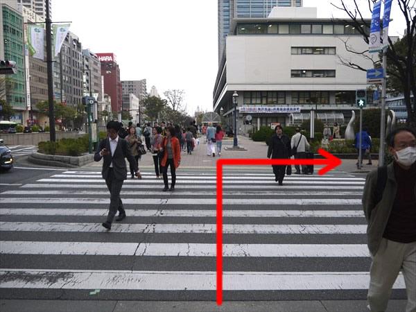 神戸市役所前の横断歩道を渡って右折