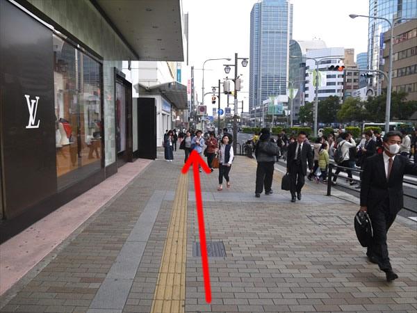 横断歩道を渡らずに直進