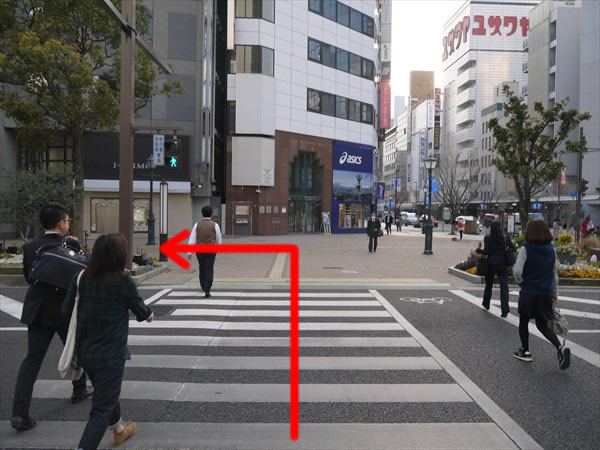 横断歩道を渡ったら右方向へ