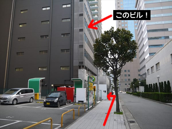 駐車場奥のビルの4Fがライザップ神戸店