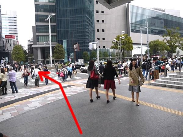 最初の横断歩道を渡る