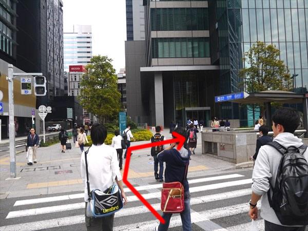 横断歩道を渡ったら右折