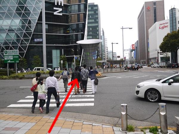 名古屋モード学園前の横断歩道を直進