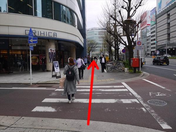 信号のない横断歩道も直進