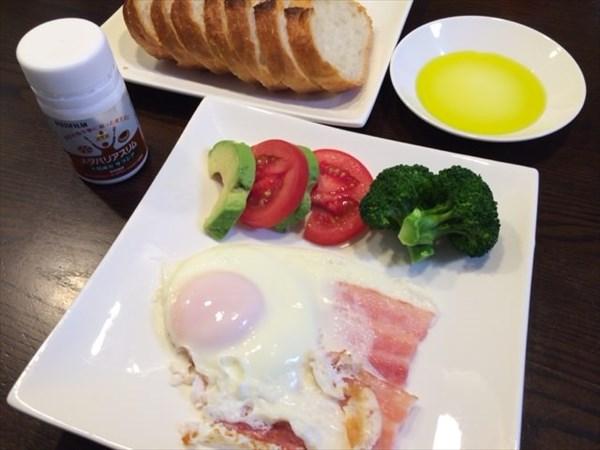 ベーコンエッグとフランスパンとオリーブオイルとメタバリアスリム